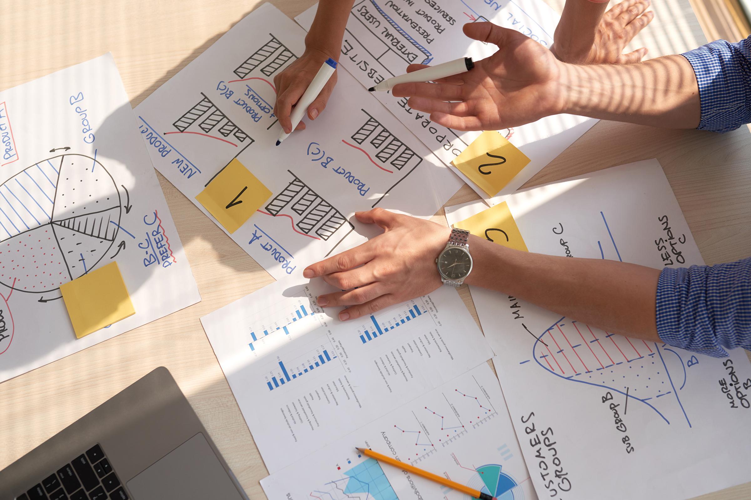 equipo-marketing-fulcri-manos-graficos